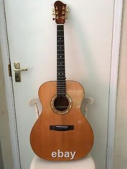 A Gauche Guitare Acoustique Fabriquée À La Main. Acajou Cubain Dos, Côtés Et Cou