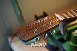 Luthier Fait La Guitare Acoustique De Style Om Chaîne En Acier À La Main
